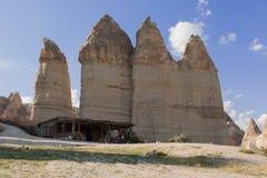 Träkoja och vulkanisk sandsten bak den, Cappadocia arkivfoto