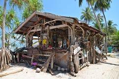 Träkoja på stranden Royaltyfri Bild