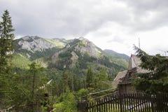 Träkoja under Tatra berg i Zakopane, Polen Tatry på Polen och Slovakien Nära Marine Eye och det svarta dammet Royaltyfri Foto
