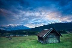 Träkoja vid Geroldsee sjön under soluppgång Royaltyfria Bilder