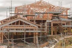Träkonstruktion av privata hus på ojämna yttersidor som bygger i Nya Zeeland arkivfoto