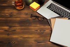 Träkontorsskrivbord för bästa sikt med kopieringsutrymme royaltyfria bilder