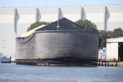 Träkopia av tillflykten för Noah ` s i hamnen av Krimpen den aan hålan IJssel, tungt skadat vid winterstorm royaltyfria bilder