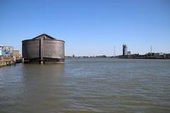 Träkopia av tillflykten för Noah ` s i hamnen av Krimpen den aan hålan IJssel, tungt skadat vid winterstorm royaltyfri fotografi