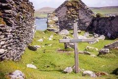 Träkors i en gammal kyrkogård i den Dursey ön royaltyfri bild