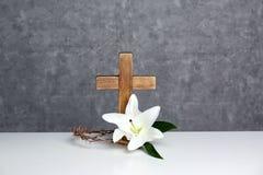 Tr?kors, krona av taggar och blomninglilja p? tabellen arkivbild