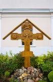 Träkors med Jesus Christ på kyrkan av St Panteleimon, Tver, Ryssland Arkivfoton