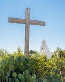 Träkors och kyrka Arkivfoto