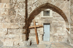 Träkorset på kyrkan av helgedomen begraver Royaltyfri Bild