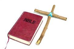 Träkorset satte nära bibeln arkivbilder