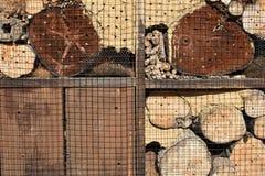 Träkryphotell för crawlsimmare med staplat trä arkivfoto