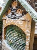 Träkryphotell som täckas i snö fotografering för bildbyråer