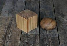 Träkub och bollen Arkivbilder