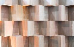 Träkubaskar som skapar den abstrakta geometriska väggen Arkivbilder
