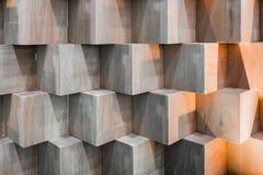 Träkubaskar som skapar den abstrakta geometriska väggen Royaltyfria Foton