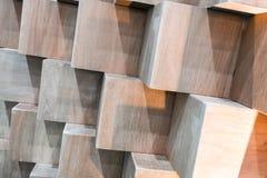 Träkubaskar som skapar den abstrakta geometriska väggen Arkivfoto