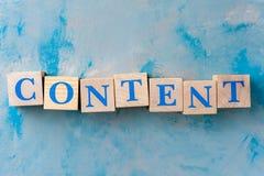 Träkuber med ordet INNEHÅLL på den blåa tabellen fotografering för bildbyråer