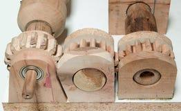 Träkugghjul förbindelse tillsammans Arkivfoton