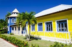 Träkulöra hus som mycket är populära i Caribrean Arkivfoto