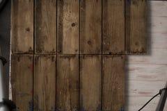 Träkvarter arrangera i rak linje itu rader Arkivfoton
