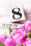 Träkvarter med internationella kvinnors dagdatumet, 8 mars Royaltyfri Foto