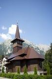 Träkyrka i den Caraiman kloster Arkivbilder