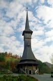 Träkyrka i den Maramures regionen, Rumänien Royaltyfria Foton