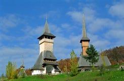 Träkyrka i den Maramures regionen, Rumänien Fotografering för Bildbyråer