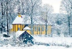 Träkyrka i litauisk bygd Arkivbild