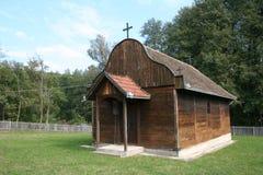 Träkyrka i Orasac, Serbien Arkivfoton