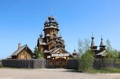 Träkyrka i rysk bygd Arkivfoto