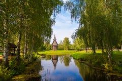 Träkyrka i staden av Kostroma Arkivfoto