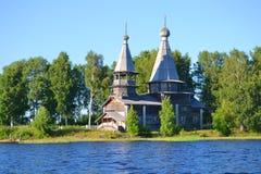 Träkyrka på kusten av sjön Royaltyfria Bilder