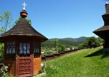 Träkyrka, Vorohta, Carpathian berg, Ukraina arkivbild