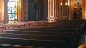 Träkyrkbänkar i en Christian Church stock video