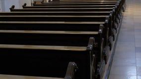 Träkyrkbänkar i en Christian Church Aisle arkivfilmer