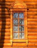 träkyrkligt gammalt fönster Royaltyfri Foto