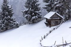 Träladugård på rumänska berg på vintern Royaltyfri Fotografi