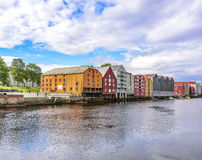 Träladugårdar på sjösidan fotografering för bildbyråer