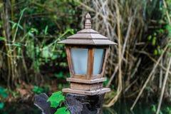 Trälampa i trädgården royaltyfri fotografi
