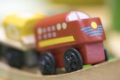 Träleksak för rött drev - leksaker för ungar spelar fastställda bildande leksaker f royaltyfri fotografi