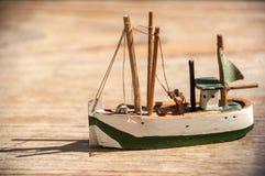 Träleksak som fiskar skeppet arkivbild