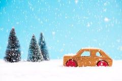 Träleksakbil i snöig mirakel- landskog royaltyfria bilder