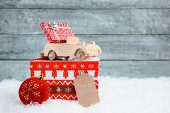Träleksakbil med en liten gåva på julasken nytt år för julbegrepp royaltyfria foton
