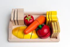 Träleksaker i form av mat Arkivbilder
