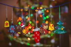 Träleksaker på julträdet Arkivbild