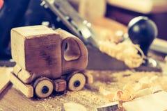 Träleksaklastbil skåpbil bil på snickeriarbetsbänken Diy hantverk för hobby som gör arkivfoton