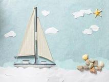 Träleksaksegelbåt på vit bakgrund Arkivbild
