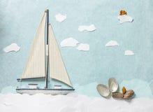 Träleksaksegelbåt på vit bakgrund Arkivbilder