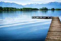 Träliten pir över den fridsamma sjön Royaltyfri Fotografi
